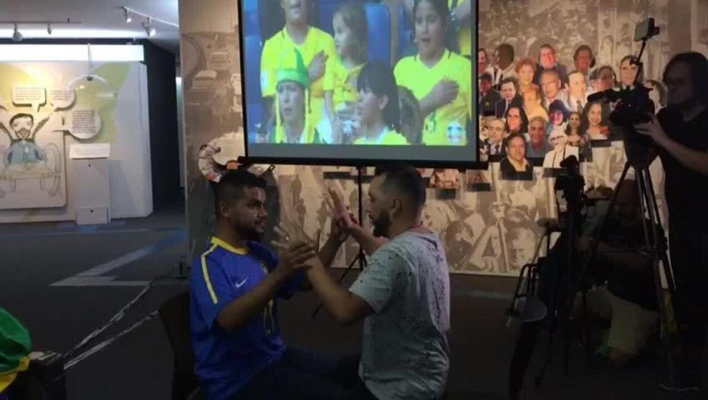 Guia-intérprete Hélio Fonseca narra começo da partida para Carlinhos
