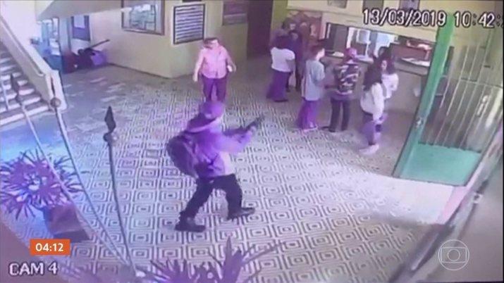 Câmeras de segurança registram a ação dos assassinos dentro e fora da escola de Suzano