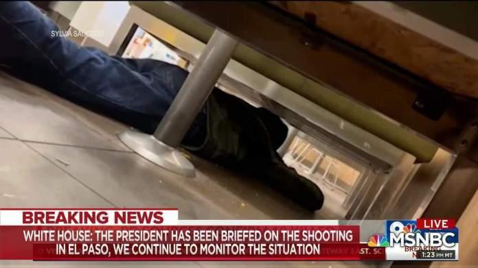 Homem se esconde embaixo de mesa durante tiroteio em centro comercial no Texas