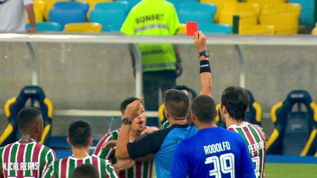 Cartão vermelho para o Fluminense! VAR é acionado, e árbitro expulsa Luciano, aos 52 do 2º tempo
