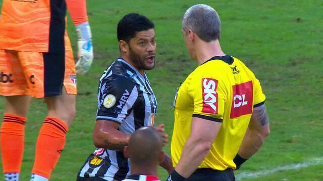 Hulk, do Atlético-MG, reclama de falta com árbitro Anderson Daronco