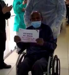 Momento que Seu Vicente deixa o hospital, após se curar da Covid-19.