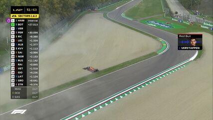 Max Vestappen estoura pneu, escapa da pista, deixa a corrida e Safety Car entra na pista