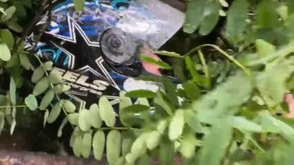 Vídeo mostra motoboy pedindo socorro após queda de árvore em meio a forte chuva em SP