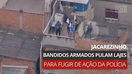VÍDEO: Imagens mostram homens armados pulando lajes para escapar de operação no Jacarezinho