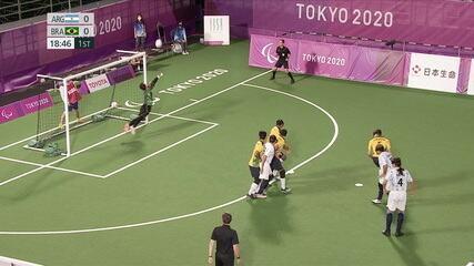 1st T: Luan saves on Espinillo's kick - ARG 0 x 0 BRA