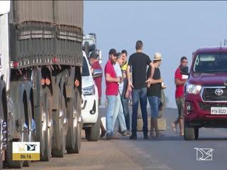 Caminhoneiros bloqueiam BR-230 no Maranhão