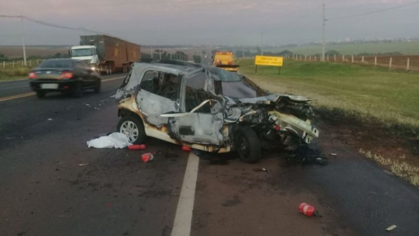 Pedreiro morre após colisão de carro com caminhão em Araraquara, SP
