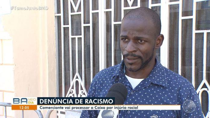 Comerciante vai processar a Caixa após denúncia de racismo; grupo protestou no banco