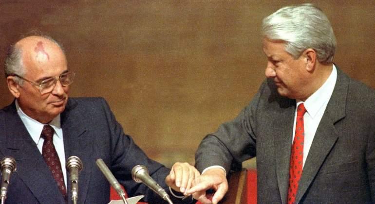 Mihail Gorbachov (izda.), artífice de la perestroika, y que seguramente se sintió traicionado por Boris Yelsin (dcha.)..