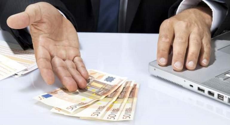 billetes-mano-ordenador.jpg