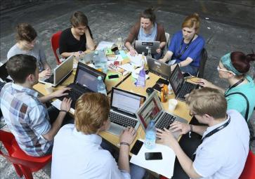 Resultado de imagen de grupos trabajando con Internet Imágenes