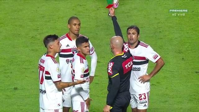Aos 41 do 1º tempo - após revisão do VAR, Rodrigo Nestor, do São Paulo, é expulso, contra a Chapecoense