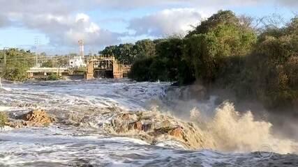 Espuma se forma no Rio Tietê em Salto após chuva