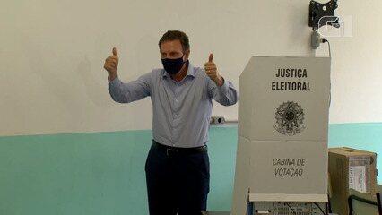 Marcelo Crivella vota na Barra da Tijuca