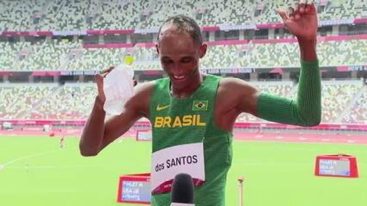 """""""Chamo teu vulgo malvadão""""! Alison dos Santos comemora prova eficiente e faz dancinha com hit que usou para animar o aquecimento"""