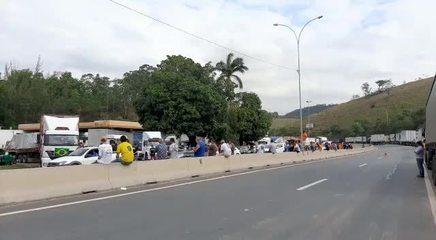 Caminhoneiros na BR-262, em Viana
