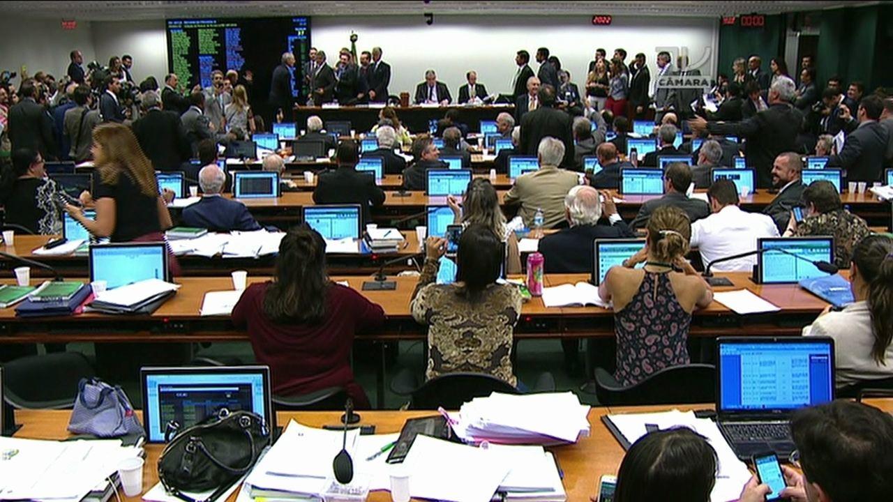 Resultado de imagem para Comissão especial aprova texto-base da Previdência