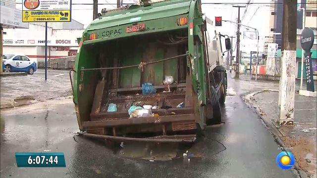 Asfalto cede na Torre e caminhão de lixo fica encalhado em buraco
