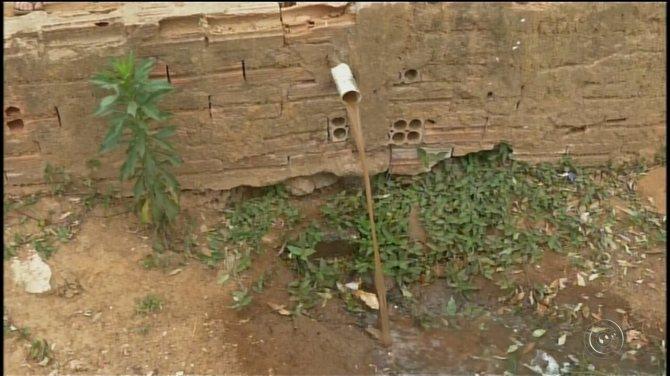 Moradores de Itapeva reclamam de bairro que não possui rede de esgoto desde 2013