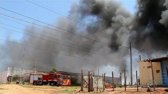 Depósito de materiais recicláveis pega fogo em Fernandópolis