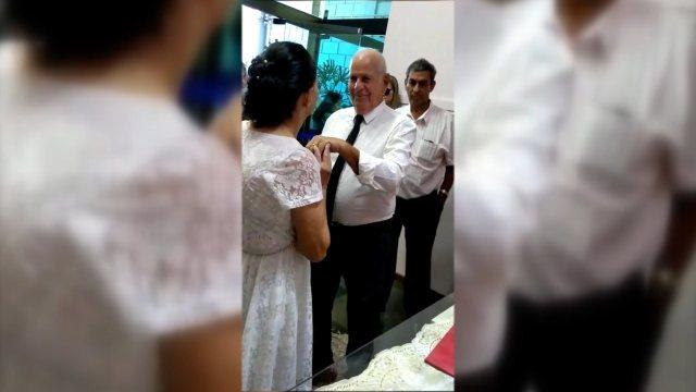 Casal de idosos que se conheceu pelo Tinder oficializa união