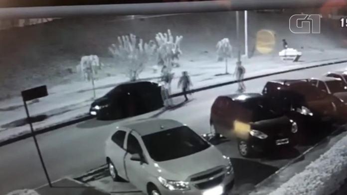 Assaltantes do Metrô-DF fugiram de skate após roubo com fuzil; vídeo