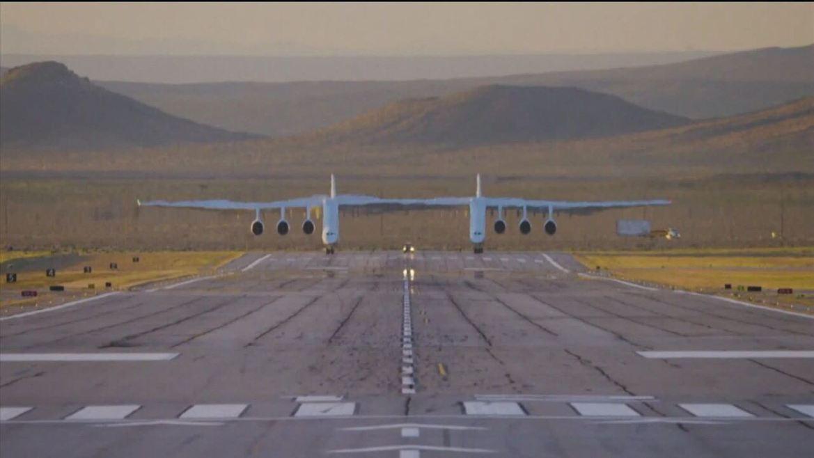 Maior avião do mundo realiza seu 1º voo na Califórnia