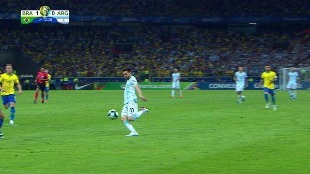 Na trave! Messi domina e bate de esquerda para carimbar o poste de Alisson, aos 12 do 2º tempo