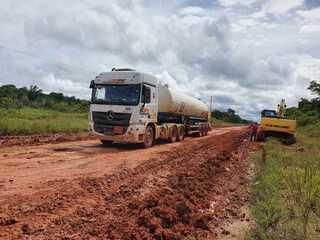 Caminhão que transporta oxigênio de Porto Velho para Manaus passa pela BR-319
