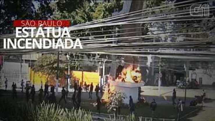 VÍDEO: Veja o momento em que grupo põe fogo em estátua de Borba Gato, em SP