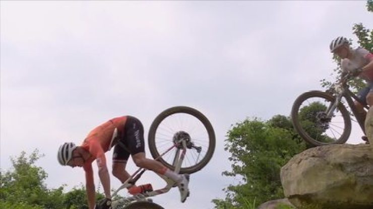 Um dos favoritos, holandês Mathieu van der Poel toma tombaço no ciclismo mountain bike das olimpíadas