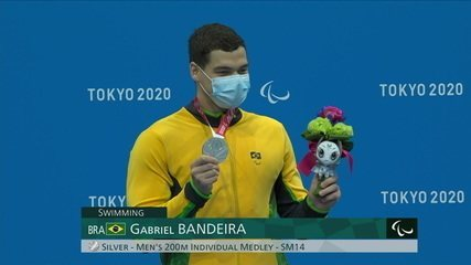 Gabriel Bandeira receives silver medal on the podium of the 200m medley S14 - Tokyo Paralympics