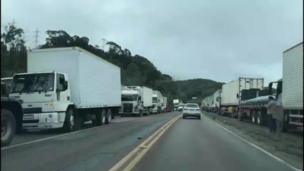 Caminhões parados no acostamento da BR-470 próximo a Gaspar, no Vale do Itajaí