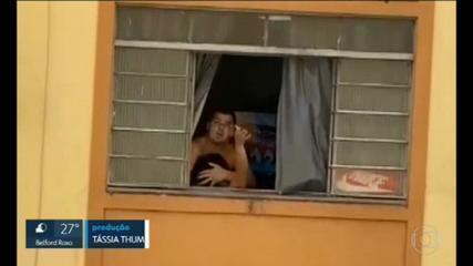 Homem é preso em flagrante após agredir companheira grávida; vídeo mostra desespero da mulher na janela
