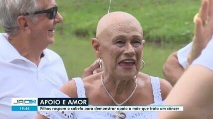 Filhos raspam cabeça para apoiar mãe com câncer e fazem ensaio com 35 familiares