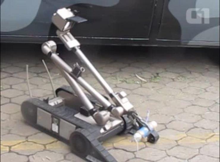 PM mostrou robô e roupa anti-bomba usados no Afeganistão para a Copa de 2014 no Brasil