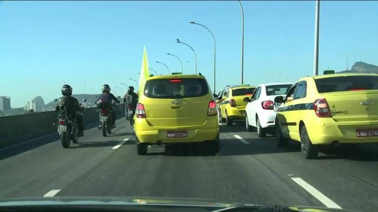 Protesto em via no RJ tem confusão entre taxistas e motorista de aplicativo