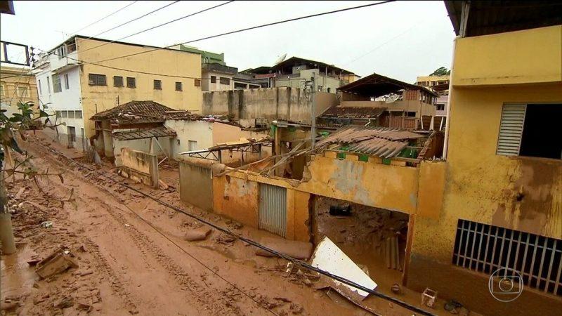 Moradores tiveram de subir em telhados após inundação em MG