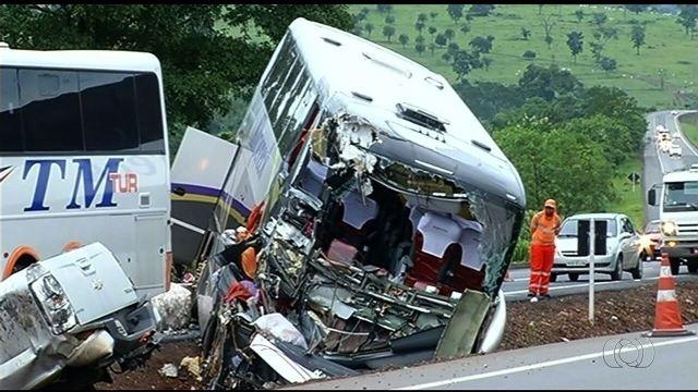 Acidente entre ônibus, caminhão e caminhonete mata um e deixa mais de 30 feridos na BR-153