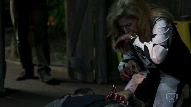 Sophia ataca Mariano com tesoura