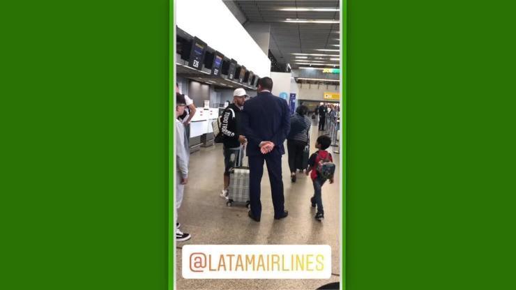 Clayson, jogador do Corinthians, é ofendido por um funcionário de companhia aérea