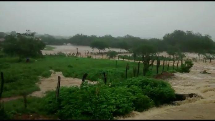 Após água de barragem invadir cidade, aulas são suspensas e famílias realocadas em Coronel João Sá (BA)