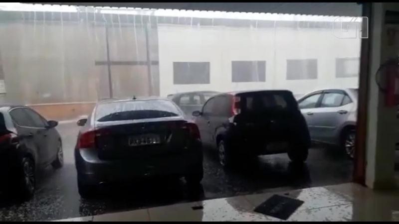 Chuva invade loja de carros em Taguatinga