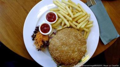 burger_307668197 دراسة تحذر : الوجبات السريعة قد تسبب الاكتئاب المزيد