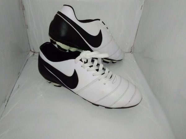 Sepatu Bola Kulit Asli Nike White