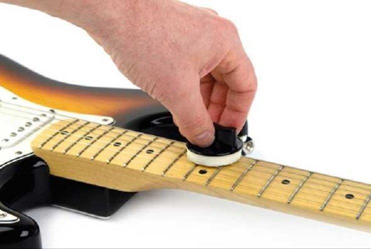 membersihkan senar gitar
