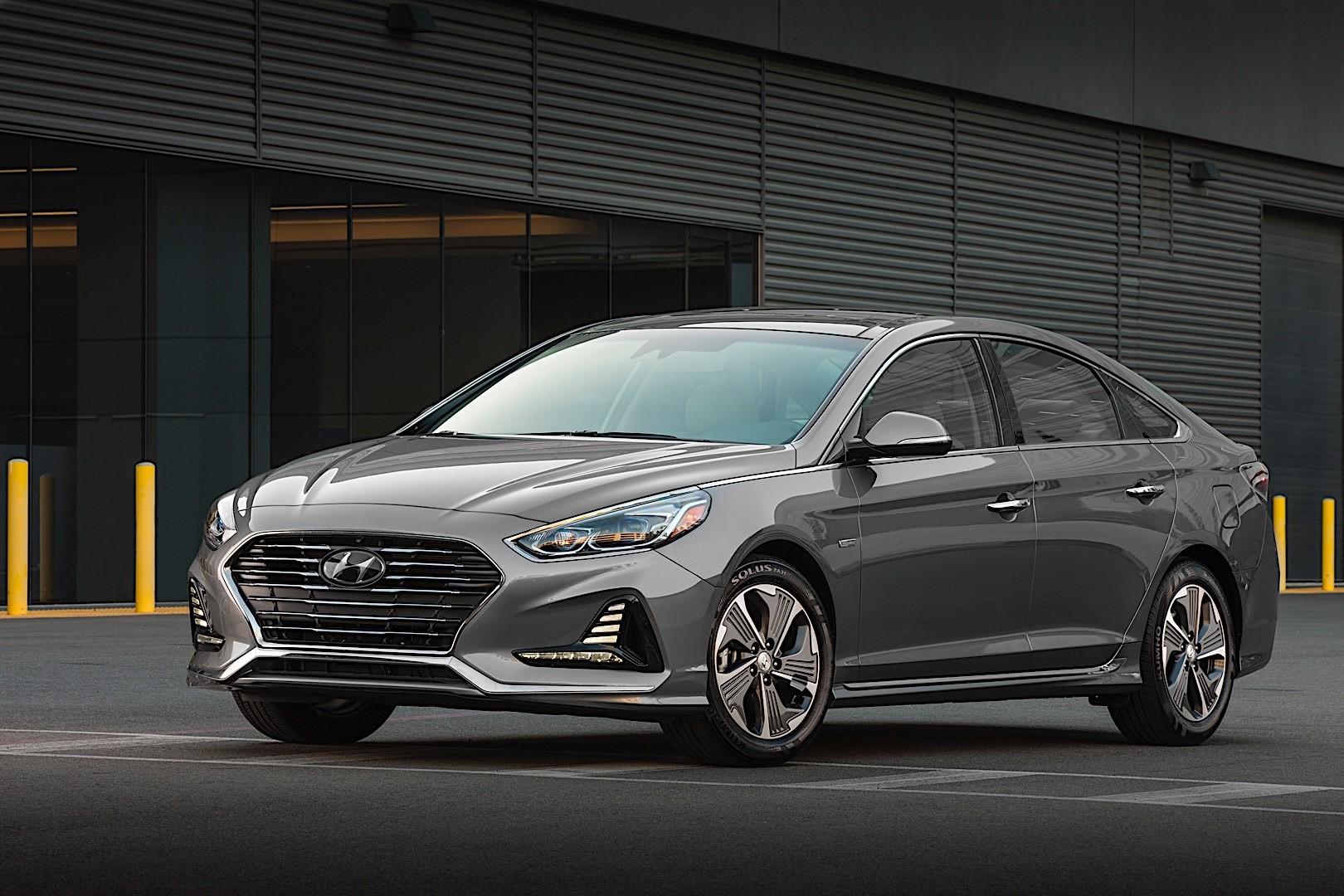 Sport mode ramps up the ride and handling, while sport plus is. HYUNDAI Sonata Hybrid specs & photos - 2017, 2018, 2019