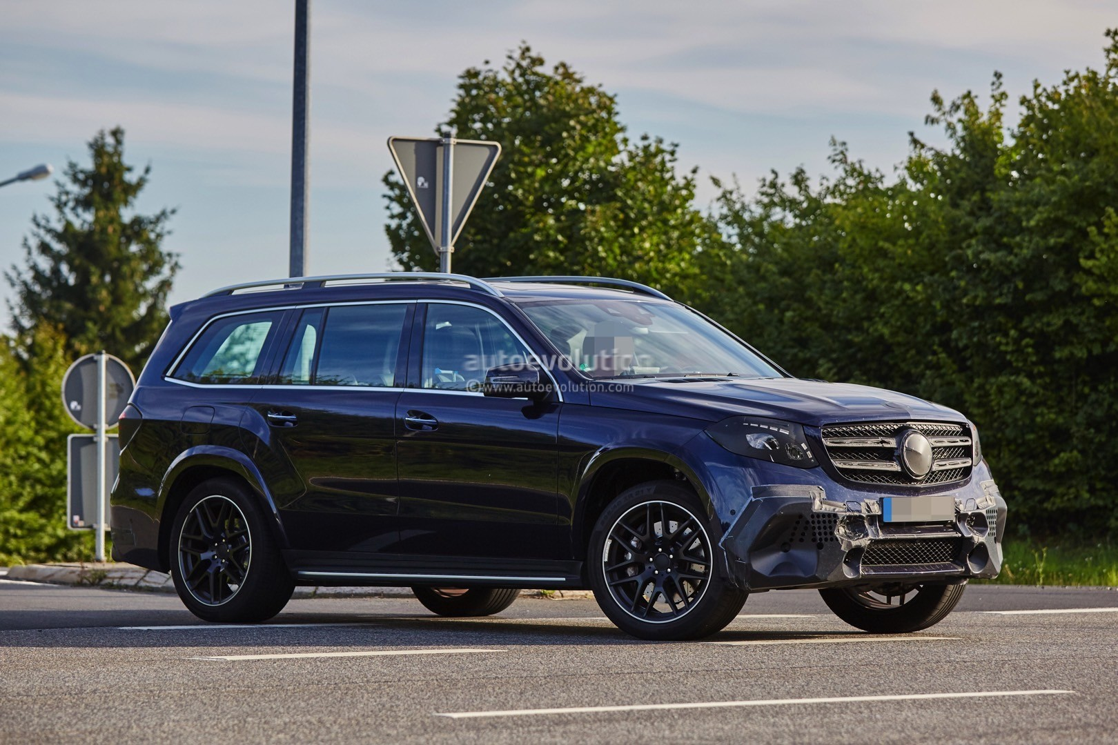 2016 Mercedes AMG GLS63 Is Getting Ready To Roll In A Bend