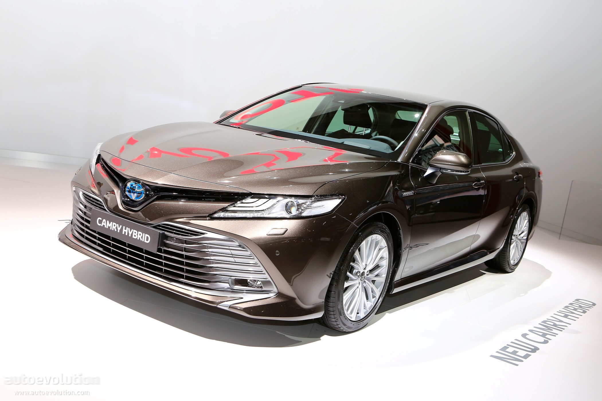 all new toyota camry 2019 kijang innova tipe v shows up in paris with hybrid powertrain